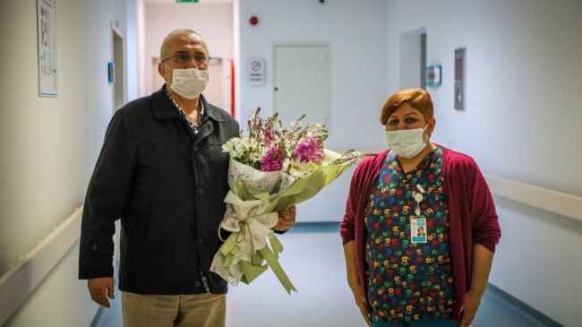 Antalya'da koronavirüsü atlatan hastadan sağlık çalışanlarına ziyaret