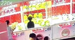 Çin'de oyuncak makinesine giren küçük kız geri çıkamadı