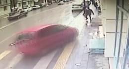 Sivas'ta otomobilin altında kalmaktan son anda kurtuldular