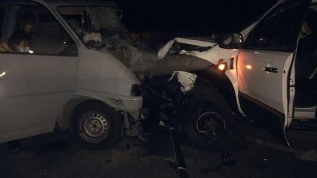 İzmir'de kamyonetle minibüs çarpıştı: 2 ölü